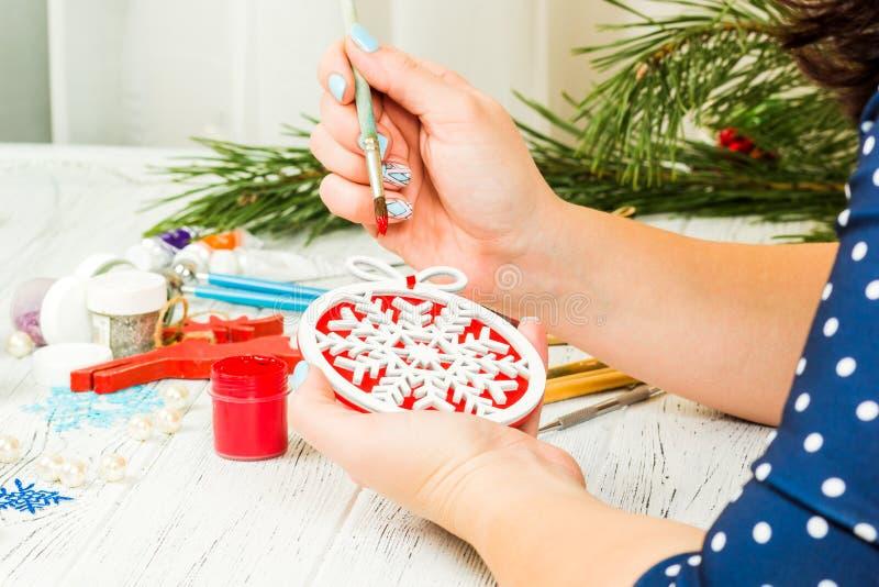 圣诞节装饰、球、玩具和礼物盒在老木头 免版税库存照片