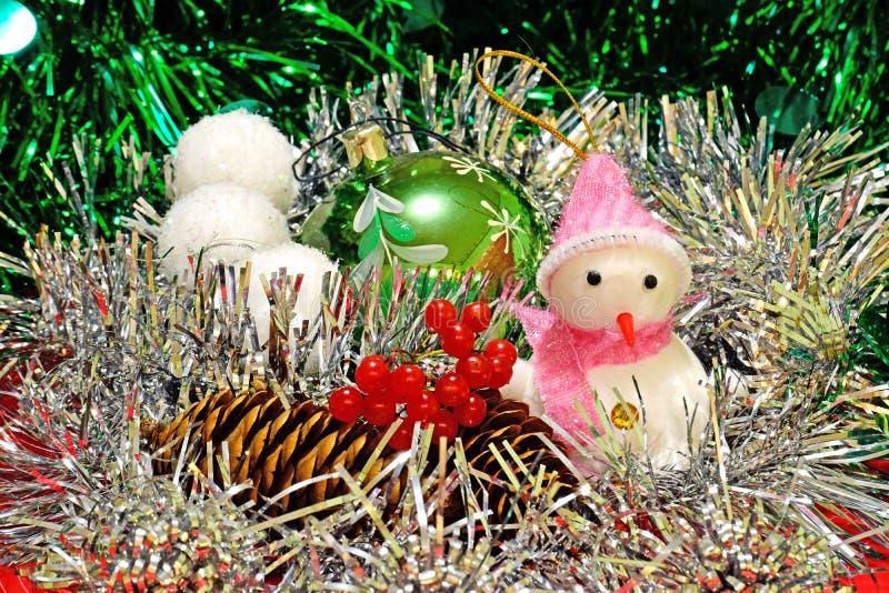 圣诞节装饰、雪人在围巾和帽子 免版税库存照片
