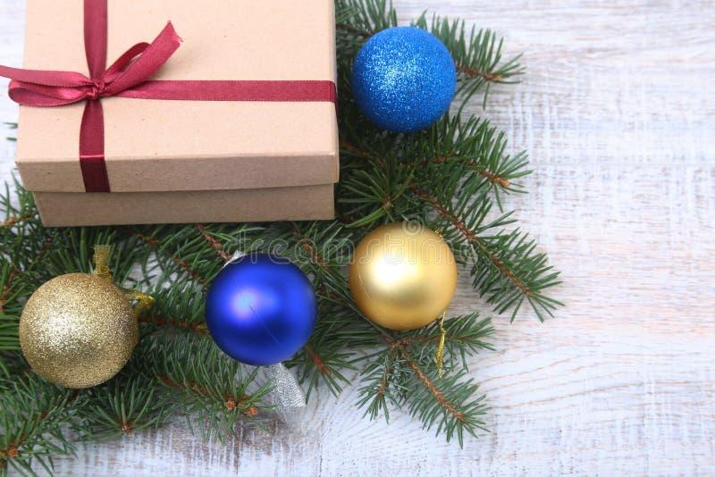 圣诞节装饰与礼物盒和许多球的杉树,在木板 免版税图库摄影