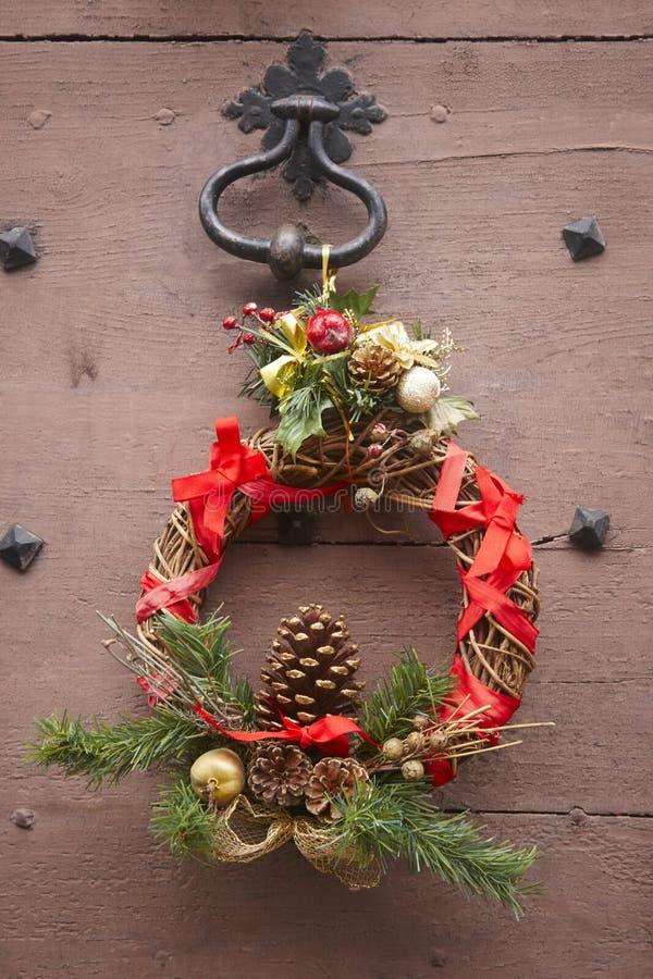 圣诞节装饰了在一个古色古香的木门的花圈 法国 免版税库存图片