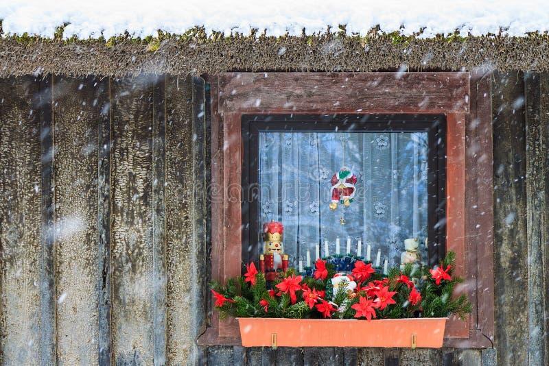 圣诞节装饰了在冬时的窗口基石 库存照片