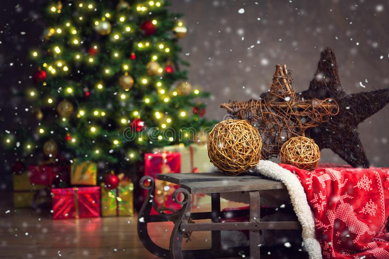 圣诞节装饰了礼品结构树 库存图片