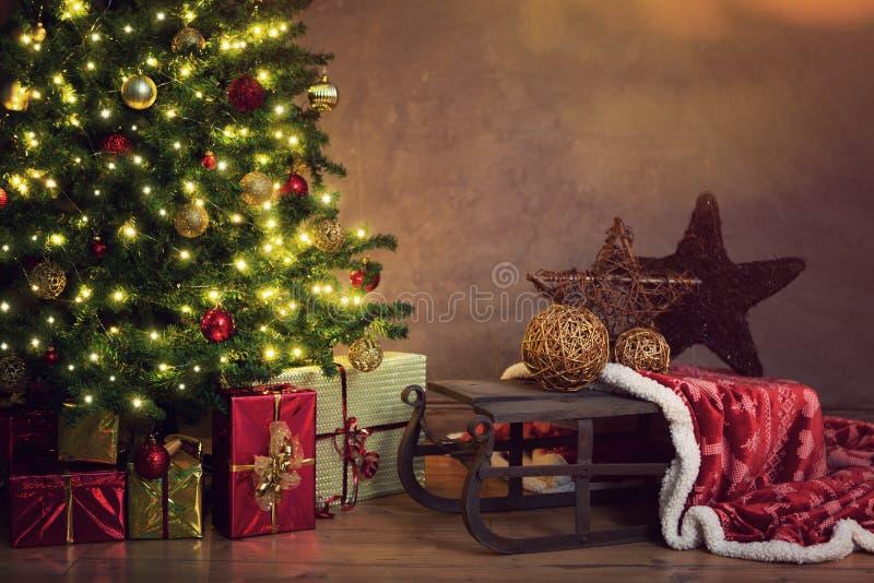 圣诞节装饰了礼品结构树 库存照片