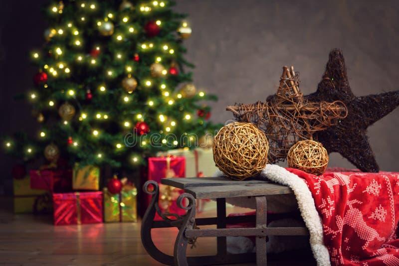 圣诞节装饰了礼品结构树 免版税图库摄影