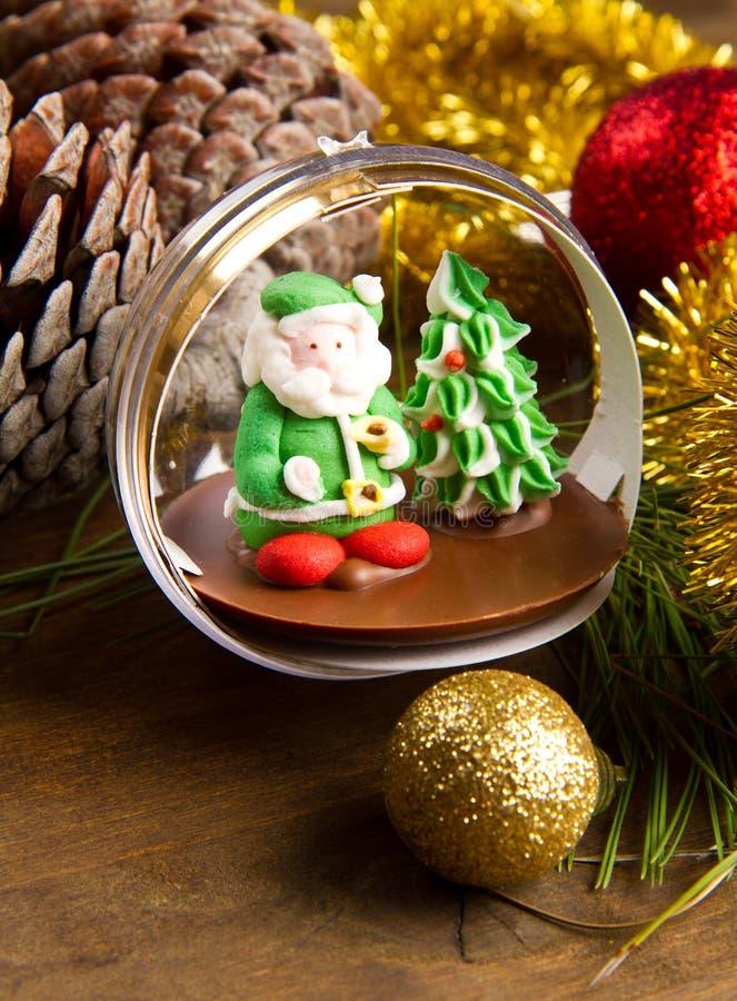 圣诞节装饰和小儿床在木桌上 免版税库存照片
