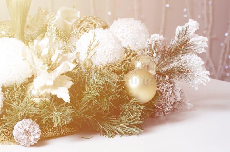 圣诞节装饰和玩具说谎一架白色大平台钢琴的表面上 仍然圣诞节生活 免版税库存照片