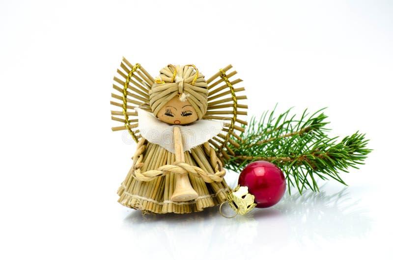 圣诞节装饰品、天使圣诞树装饰品和绿色霍莉 免版税库存照片