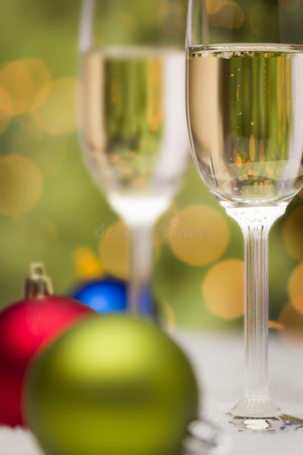 圣诞节装饰品和香宾玻璃在雪 免版税库存图片