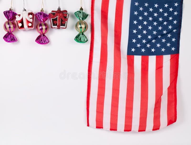圣诞节装饰品箱子和糖果与美国国旗 免版税库存照片