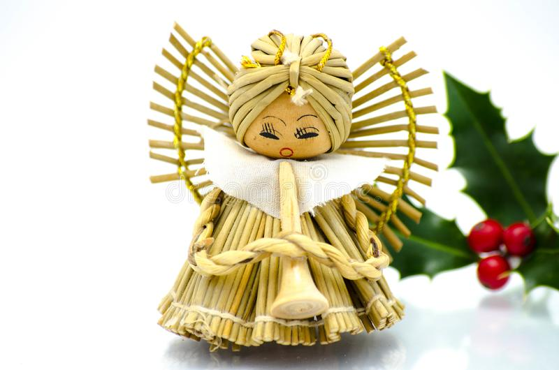圣诞节装饰品-天使圣诞树装饰品和绿色霍莉 免版税图库摄影