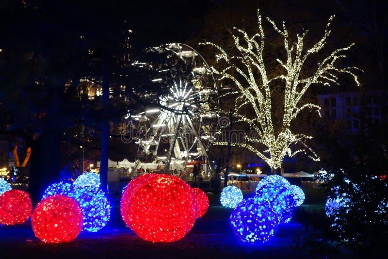 圣诞节装饰在一个公园在晚上 免版税库存图片