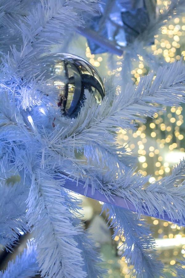 圣诞节装饰在圣诞节树的诗歌选球与 免版税图库摄影