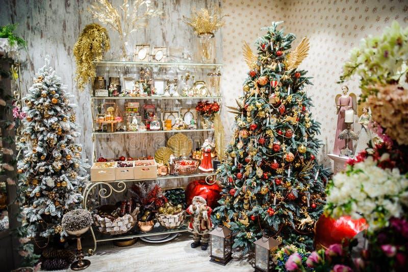 圣诞节装饰在自新年` s假日的前夕的商店 库存照片