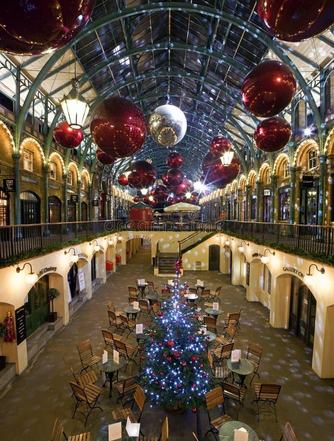 圣诞节装饰在Covent庭院,伦敦里 免版税库存图片
