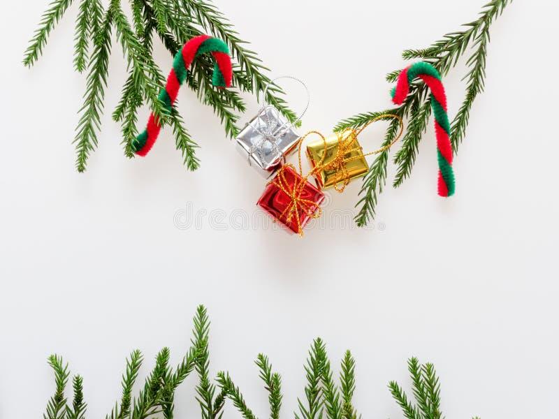 圣诞节装饰或装饰品在长方形框架形状放置了组成由绿色杉木分支、红色和绿色藤茎和金子, silv 图库摄影