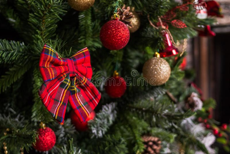 圣诞节装饰新年度 中看不中用的物品圣诞节停止的结构&# Xmas与诗歌选的假日背景,闪亮金属片 免版税库存照片