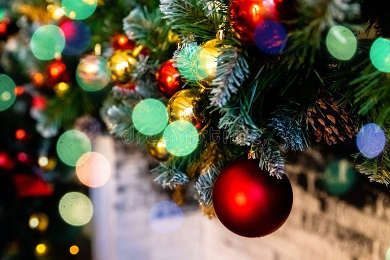 圣诞节装饰新年度 中看不中用的物品圣诞节停止的结构&# Xmas与诗歌选的假日背景,闪亮金属片 图库摄影