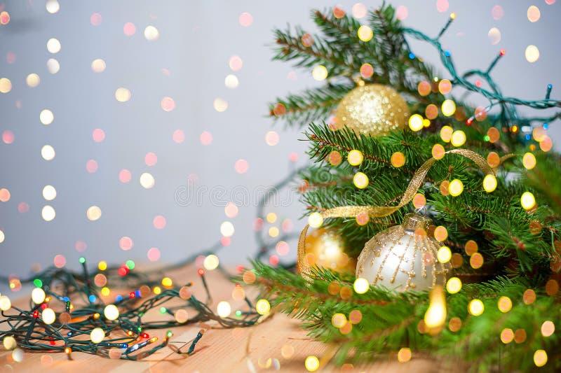 圣诞节装饰新年度 Xmas与诗歌选的假日背景,闪亮金属片,球 库存图片