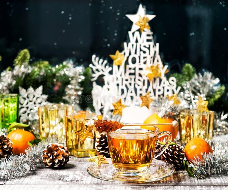 圣诞节装饰热的茶欢乐窗口装饰 免版税库存照片
