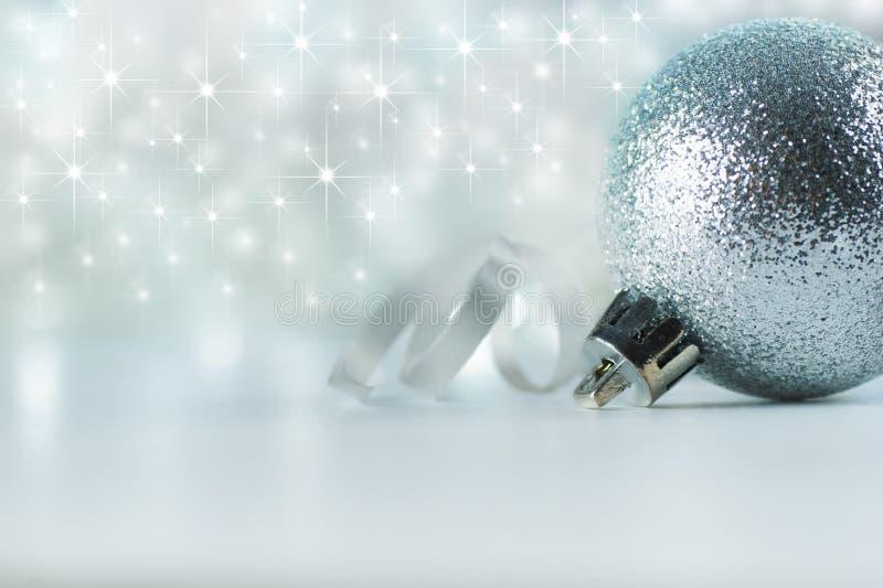 圣诞节装饰背景 xmas和圣诞礼物,新年装饰品,在白色背景拷贝空间的银色光亮的星 库存照片