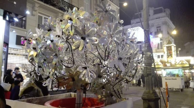 圣诞节装饰装饰新家庭想法 在构成的白色透明塑料和玻璃花 对象组成一棵不可思议的植物 免版税库存照片