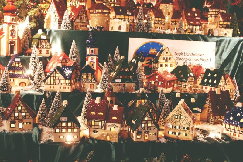 圣诞节装饰装饰新家庭想法 德国瓷圣诞节的被点燃的村庄房子 库存照片