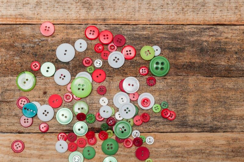 圣诞节装饰装饰新家庭想法 按钮在木背景堆积 免版税库存图片