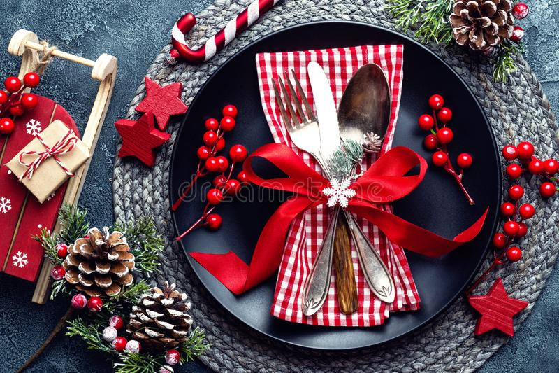 圣诞节装饰装饰新家庭想法 欢乐板材和利器有圣诞节装饰的 抽象空白背景圣诞节黑暗的装饰设计模式红色的星形 库存照片