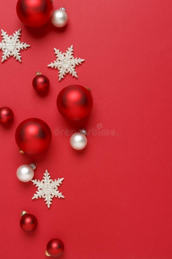 圣诞节装饰装饰背景 红色、银和白色玻璃中看不中用的物品球有闪烁雪花垂直背景 库存照片