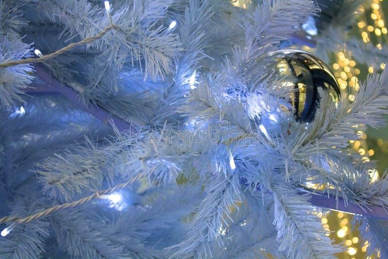 圣诞节装饰诗歌选球和光在圣诞树 免版税库存照片