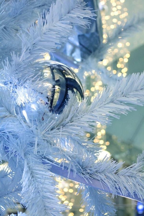 圣诞节装饰诗歌选球和光在圣诞节树 库存照片