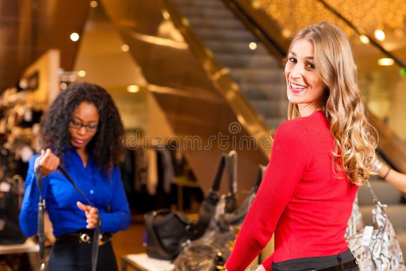 圣诞节装饰购物中心购物妇女 库存照片