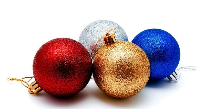 圣诞节装饰金黄银色红色和蓝色球隔绝了o 免版税库存照片