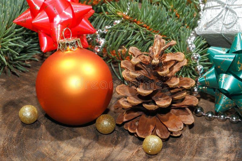 圣诞节装饰,圣诞节球,土气木板 库存图片