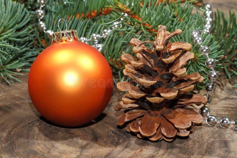 圣诞节装饰,圣诞节球,土气木板 免版税库存图片