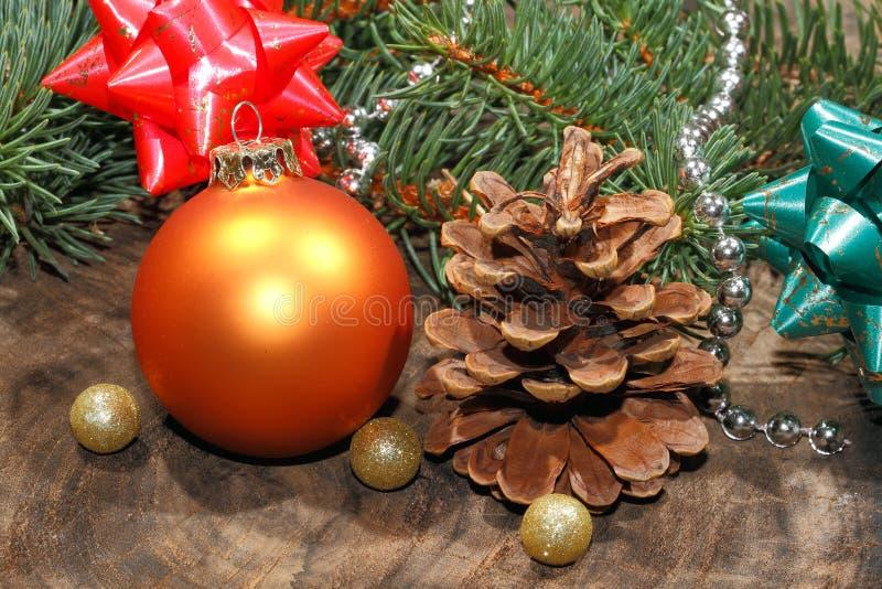 圣诞节装饰,圣诞节球,土气木板 免版税库存照片