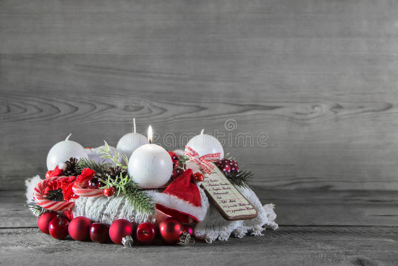 圣诞节装饰:与一个灼烧的蜡烛的第一出现 库存图片