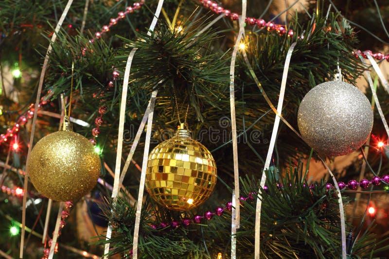 圣诞节装饰:在冷杉设置的三球形 库存照片