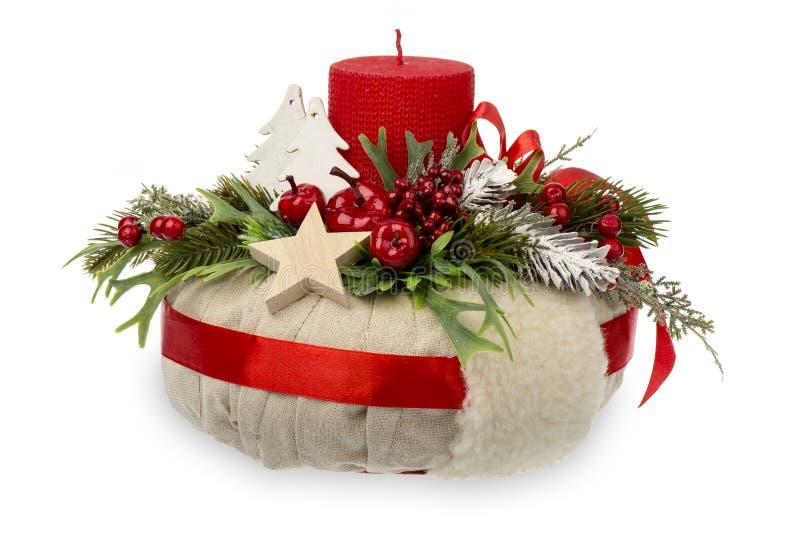 圣诞节装饰-由花圈、蜡烛和圣诞节装饰辅助部件做的圣诞节构成被隔绝 免版税库存图片