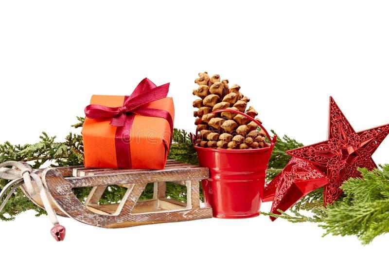 圣诞节装饰(礼物盒、星,木雪撬,金属桶) i 免版税图库摄影