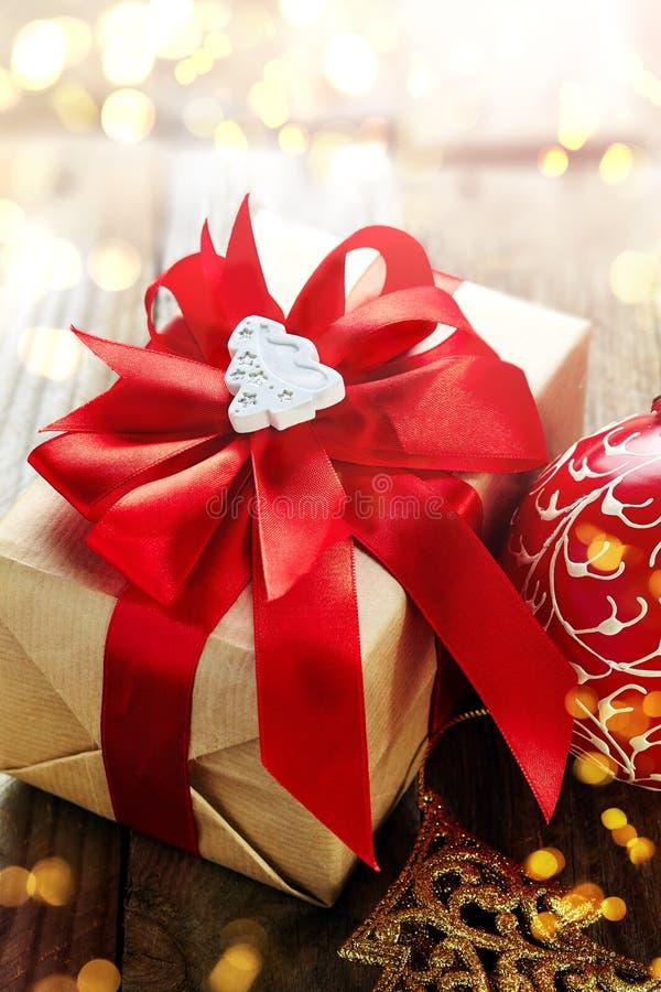圣诞节装饰(箱子,圣诞节球)在木背景 库存图片