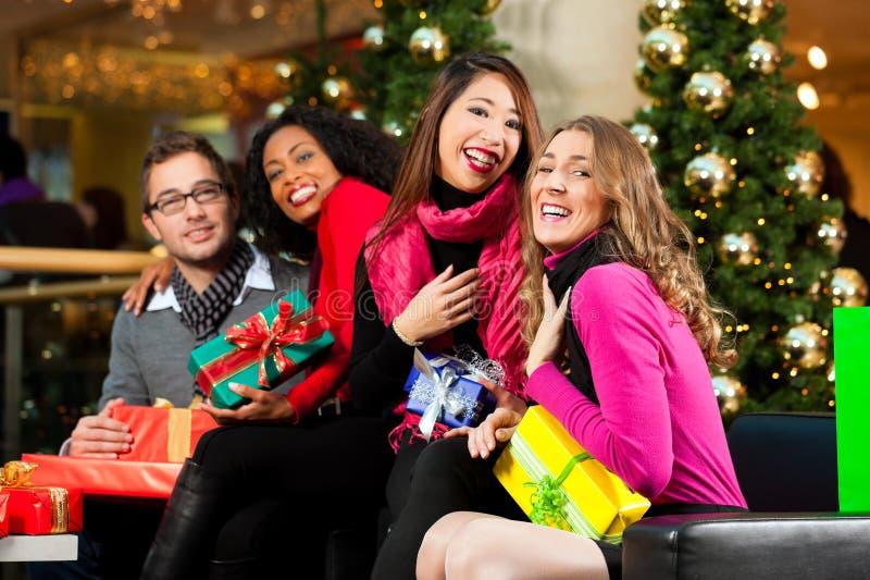 圣诞节购物-购物中心的朋友 库存图片