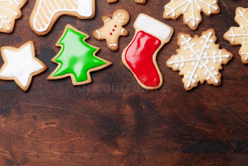 圣诞节贺卡用在木背景的姜饼曲奇饼 与空间的顶视图您的问候的 免版税库存图片