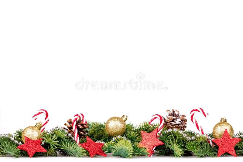 圣诞节边界-与金黄球、糖果和装饰的树枝 免版税库存照片