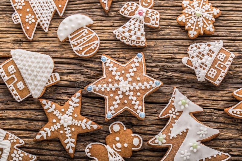 圣诞节酥皮点心担任主角在土气木板的姜饼 背景圣诞节关闭红色时间 图库摄影