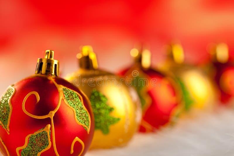 圣诞节金黄红色中看不中用的物品连续与光 免版税库存图片