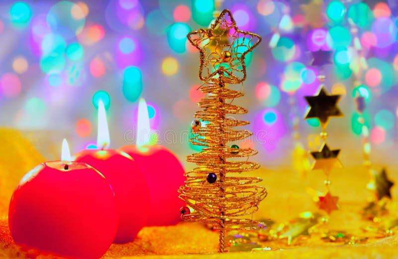圣诞节金黄结构树中看不中用的物品和蜡烛 免版税图库摄影