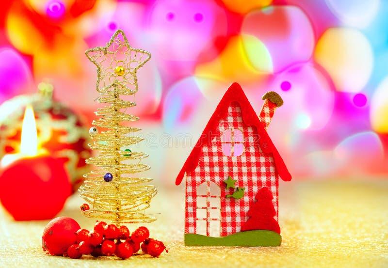 圣诞节金黄结构树和红色vichy房子 库存图片