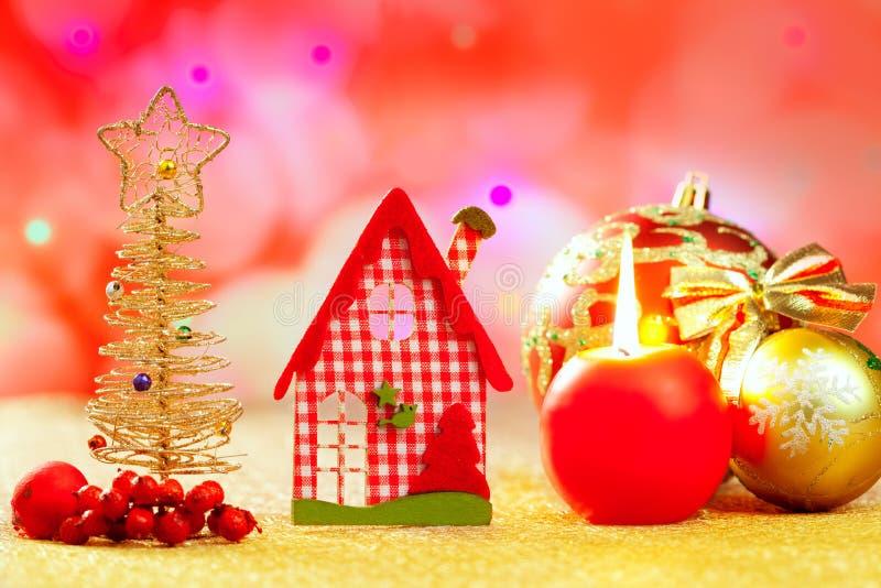 圣诞节金黄结构树和红色vichy房子 库存照片