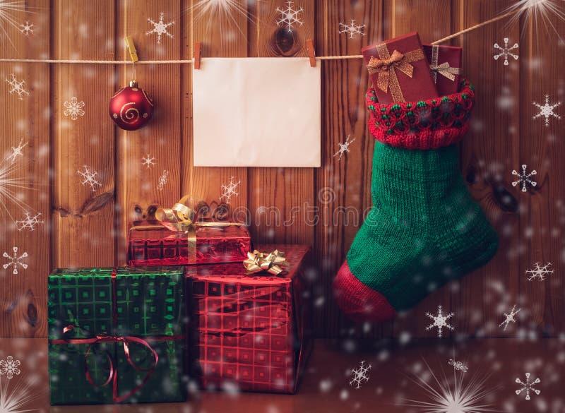 圣诞节长袜、贺卡和礼物 例证百合红色样式葡萄酒 库存图片